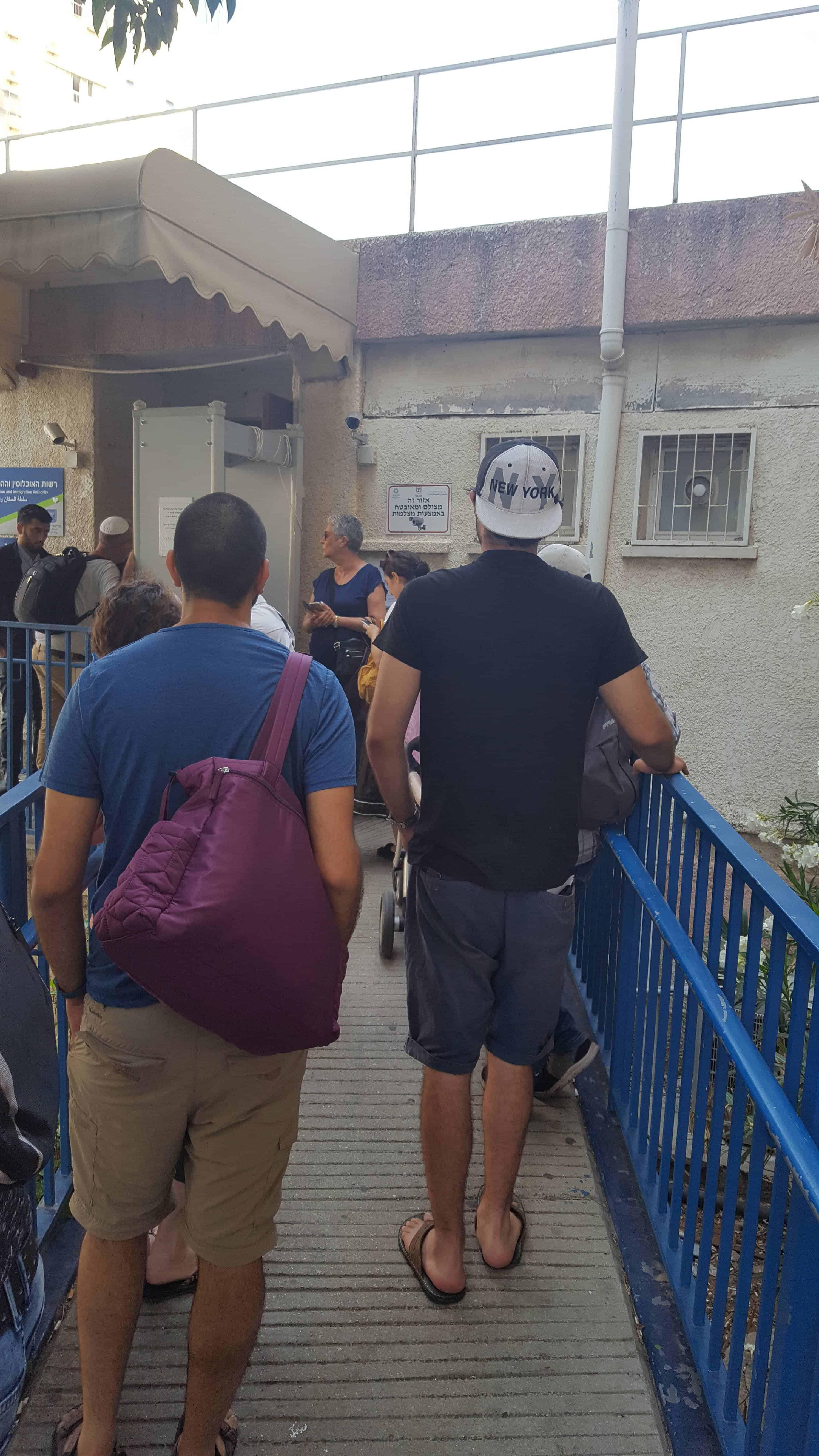 תור בכניסה למשרד הפנים בגבעתיים, צילום: חנה שטרן