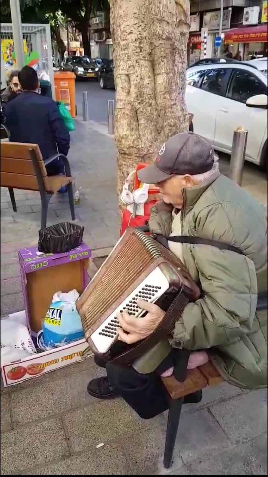 יונה ברוורמן מנגן ברחוב הרצל, צילום: באדיבות דוברות עיריית רמת גן