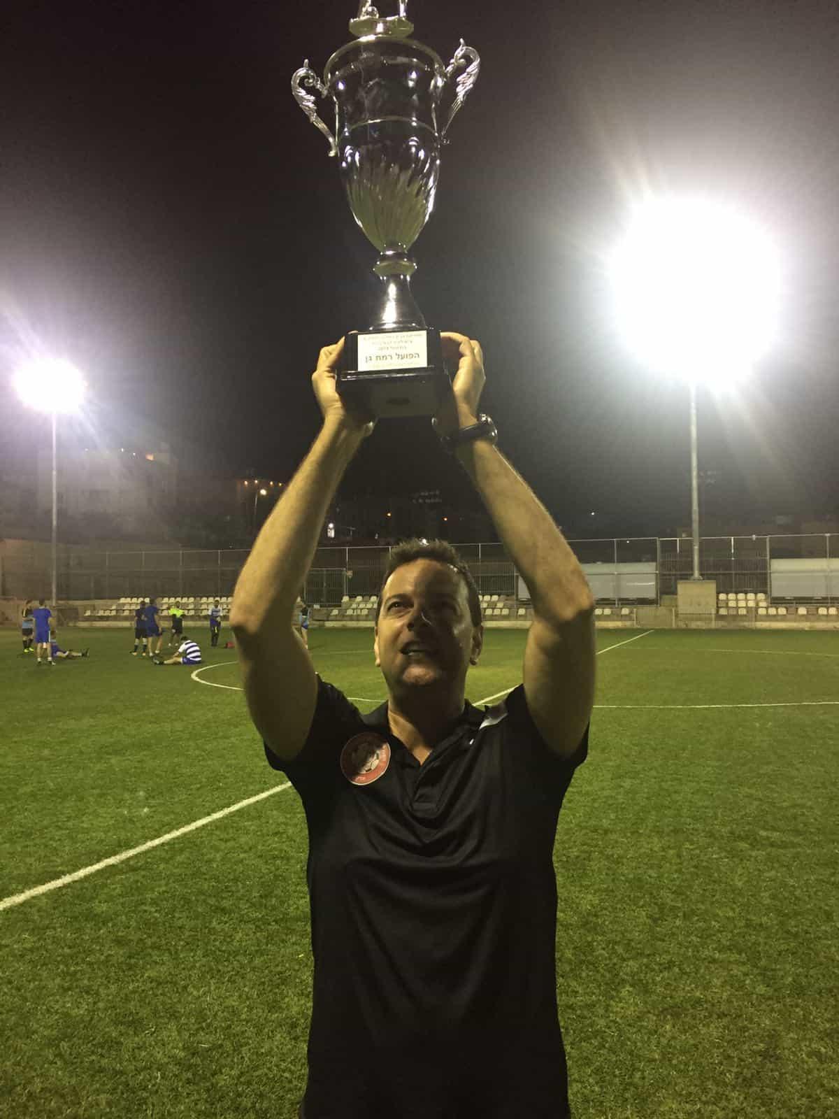 מאמן הקבוצה מניף גביע, צילום: ראובן שוורץ