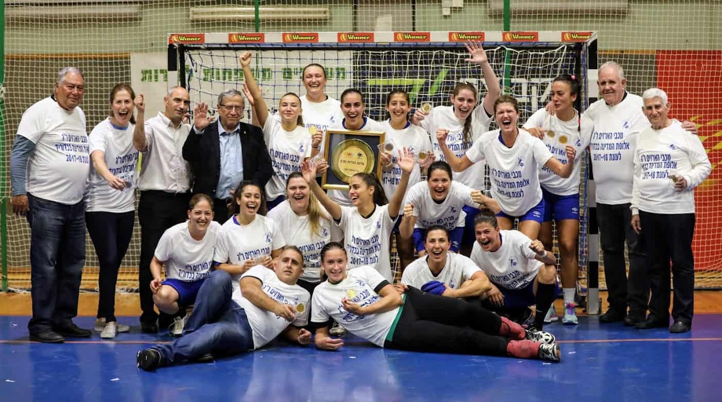 חוגגות אליפות עם ראש העירייה, צילום: באדיבות מכבי ארזים רמת גן